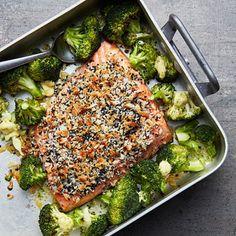 Ugnsbakad lax är en smart räddare i vardagslivet. Strö över en blandning av panko och sesamfrön innan laxen går in i ugnen, tillsammans med buketter av färsk broccoli. När allt är klart, toppa med ett läckert lime- och ingefärssmör som sakta får smälta…