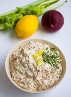tonfiskröra recept, god i baguette, bakad potatis, på avokado, fyllning i smörgåstårta, till pastasallad eller på frasig våffla/matpannkaka: 0,5 rödlök 2 selleristjälkar 2 burkar tonfisk 1 dl majonäs 2 dl créme fraîche 1 msk dijonsenap ½ citron Salt Peppar Fish Recipes, New Recipes, Cooking Recipes, Healthy Recipes, Lchf, Zeina, Happy Foods, Healthy Cooking, Food Inspiration
