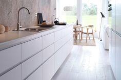 IKEA køkken med hvide bordplader Rå væg, minimalisme | Kitchen ideas ...