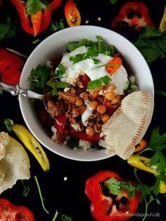 Orientalische Hackpfanne mit Kichererbsen und Feta. Dazu gibts Pitabrot. Soulfood, super einfach und schnell gemacht und richtig, richtig lecker. #orientalischeküche #kichererbsen #chickpeas #lowcarb