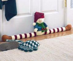 Muñecos para Navidad | Aprender manualidades es facilisimo.com Christmas Sewing, Christmas Door, Felt Christmas, Christmas Snowman, Christmas Time, Christmas Crafts, Doorstop Pattern, Draft Stopper, Navidad Diy