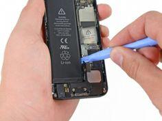 STAP 5. Plaats de rand van een plastic openingstool tussen de batterij en de achterkant naast de onderkant van de iPhone.