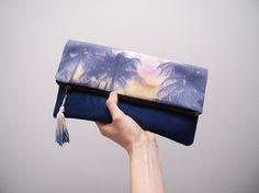 Pochette imprimée tropical motif palmiers suédine beige et bleu doublure coton hawaïen hibiscus