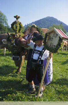 Frau und Junge in Tracht, geschmückte Kuh beim Almabtrieb, Oberstaufen, Allgäu, Deutschland