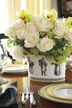 Etonnant Beautiful White Rose Arrangement For An Elegant Table Setting.