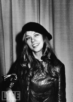 Rickie Lee Jones poses backstage with her Grammy Award for Best New Artist at the Annual Grammy Awards held February 1980 at the Shrine Auditorium in Los Angeles, CA New Artists, Music Artists, Ricki Lee, Rickie Lee Jones, Letter Photography, Women In Music, My Favorite Music, Favorite Things, Female Singers