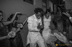 #weddingphotojournalism #chuvadearroz #ricerain #noivos #novios #bride #groom #fotojornalismocasamentosp #sonyimages #brprofessionalphotographers #a7ii