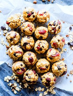 Gluten free No Bake Oatmeal Cookie Energy Bites for a healthy lunchbox treat! These no bake oatmeal cookie bites are so quick to make! Blend, mix, roll!
