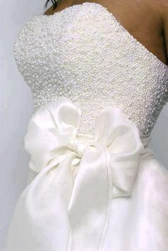 Love the softness of the bow against the beaded bodice - Noiva