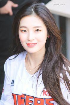 oh my girl Kpop Girl Groups, Korean Girl Groups, Kpop Girls, Girl Pictures, Girl Photos, Arin Oh My Girl, Girls Twitter, Kpop Girl Bands, Pretty Korean Girls