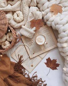 Cozy Aesthetic, Autumn Aesthetic, Beige Aesthetic, Christmas Aesthetic, Aesthetic Vintage, Cute Fall Wallpaper, Book Wallpaper, Christmas Wallpaper, Autumn Coffee