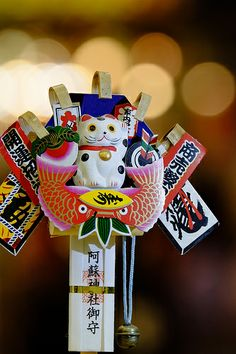 Japanese bamboo rake with decoration for good luck, Kumade 熊手 . you will see similar things at the Ebisu Festival in January Japanese New Year, Turning Japanese, Japanese Design, Japanese Art, Feng Shui, Desu Desu, All About Japan, Japanese Bamboo, Maneki Neko