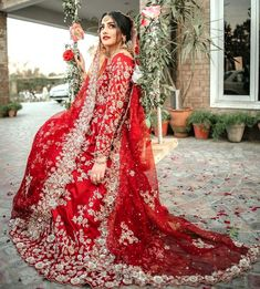 If you are looking for Best Designer Bridal Dresses Shopping in Delhi then you are at right place, here we are doing customization on bridal and non-bridal outfits. Pakistani Bridal Lehenga, Bridal Dupatta, Designer Bridal Lehenga, Indian Fashion Dresses, Indian Bridal Fashion, Indian Outfits, Simple Pakistani Dresses, Pakistani Dress Design, Simple Wedding Gowns