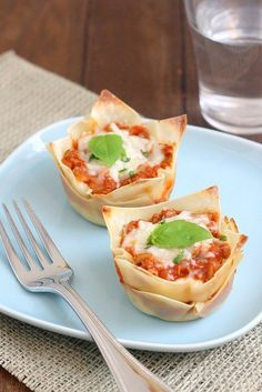 Muffin Tin Mini Lasagna Instead of the wonton wrappers you could use fresh lasagne sheets so they can still be molded to the muffin tin? Lasagne Cupcakes, Mini Lasagne, Muffin Pan Recipes, Fingerfood Party, Snacks, High Tea, Yummy Food, Good Food, Italian Recipes