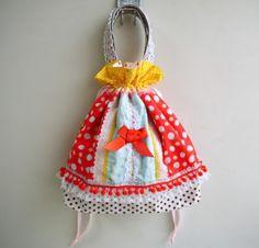 イチゴちゃんとチョウチョが春を運んでくるようなガーリーでカジュアルなおしゃれ巾着バッグです。トートとしてももちろん可愛いのですがキュッと絞ればぷっくりとした巾... ハンドメイド、手作り、手仕事品の通販・販売・購入ならCreema。