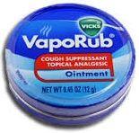 Ultimamente, tem havido uma série de novidades sobre as formas originais e não convencionais de usar essa pomada. Vicks VapoRub é um tratamento para um pouco mais do que apenas um peito congestionado.