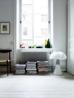 Lampe Pipistrello by Gae Aulenti. Interior Windows, Diy Interior, Modern Interior Design, Interior Design Inspiration, Interior Decorating, Decorating Ideas, Home Decor Furniture, Furniture Design, Lampe Art Deco