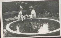 """To była fontanna na placu przed obecnym ołtarzem fatimskim na """"Górce"""". Początek lat 70-tych XX wieku. Zdjęcie ze zbiorów Elżbiety Janik."""