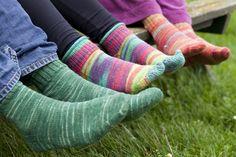 Wil je ook Sokken Breien op de ouderwetse manier? Volg dan Kiki's patroon, dat van generatie op generatie doorgegeven is. Crochet Baby Hat Patterns, Crochet Baby Hats, Diy Crochet, Knitting Stitches, Knitting Socks, Baby Knitting, Crochet Star Stitch, Crochet Stars, Herringbone Stitch Knitting