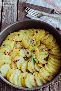 Receta de papas gratinadas con tocino y cebolla. Receta con fotografías del paso a paso y recomendaciones de degustación. Recetas de papas