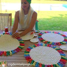 Table runner idea using rectangular placemats Crochet Quilt Pattern, Quilt Patterns, Crochet Patterns, Crochet Kitchen, Crochet Home, Knit Crochet, Free Crochet, Crochet Placemats, Crochet Doilies