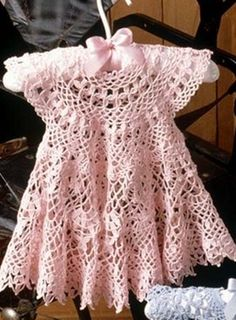 Learn how to make this girl's crochet dress for free Crochet Dress Girl, Crochet Baby Dress Pattern, Baby Dress Patterns, Crochet Bebe, Baby Girl Crochet, Crochet Baby Clothes, Crochet For Kids, Crochet Patterns, Crochet Dresses