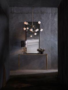 Få gode ideer til indretning af stuen med en rå,industriel og skulpturel lysekrone. De unikke lysekroner giver noget dekorativt til indretningen af boligen.