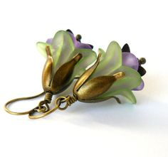 Green and Lavender Lucite Flower Earrings Purple Floral Dangles Woodland Fairytale Inspired Jewelry Bridesmaid Earrings Lucite Flower Earrings, Grey Pearl Earrings, Jewelry Design Earrings, Bead Earrings, Wire Jewelry, Beaded Jewelry, Beaded Bracelets, Art Nouveau Jewelry, Thing 1
