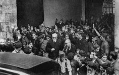 Unamuno, saliendo de la Universidad de Salamanca el 12 de octubre de 1936, después del incidente con Millán-Astray.