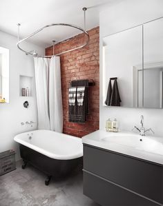 8-banheiro-com-banheira-no-box-piso-cimento-queimado-tijolinho