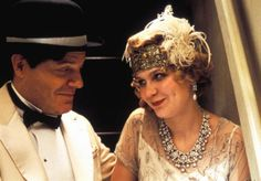 sweet pic...British comedian Eddie Izzard plays Charlie Chaplin and Kirsten Dunst plays Hollywood starlet Marion Davies in the 2001 film, The Cats Meow - 1920s fashion