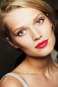 Chanel Couture Fall red lips, red lipsticks, make-up ideas. Chanel make-up. Lr Beauty, All Things Beauty, Beauty Hacks, Beauty Trends, Beauty Ideas, Beauty Tips, Toni Garrn, Red Lip Makeup, Eye Makeup