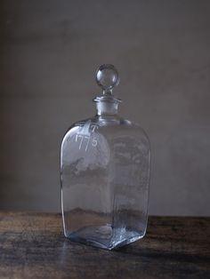 seiyofutamono5-000 Magic Bottles, Bottles And Jars, Glass Bottles, Perfume Bottles, Wabi Sabi, Antique Bottles, Antique Glass, Bohemian Kitchen, Still Life Art