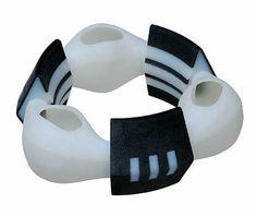 Svenja John/Schmuck: TB3 bracelet 2008. Material: polymere (2 colors) 3D print