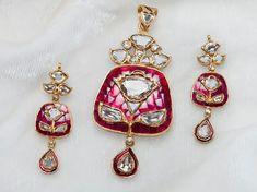 A big part of Bridal & Trousseau shopping is the Jewellery. Myshaadi spoke to Bridal Jewellery designer Preeti Jain who tells us how brides should about planning their bridal jewellery shopping Royal Jewelry, India Jewelry, Gold Jewelry, Mughal Jewelry, Bridesmaid Jewelry, Wedding Jewelry, Bridal Jewellery, Gold Jewellery Design, Jewelry Patterns
