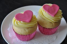 I just loved this delicious vanilla cupcakes with pink wrapper and pink heart shape on the top ♥ Flower Cupcakes, Fun Cupcakes, Amazing Cupcakes, Just Over The Top, Vanilla Bean Cupcakes, Cupcake Cases, Sweet Tarts, Vanilla Flavoring, Buttercream Frosting