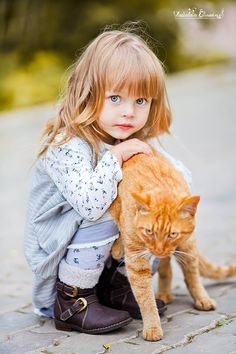 Adorable Photos Of Cats And Children Make Your Life Happier Precious Children, Beautiful Children, Beautiful Babies, Little People, Little Ones, Little Girls, Kids Girls, Animals For Kids, Cute Animals