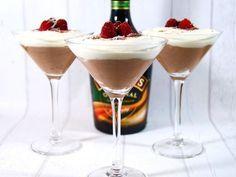 Fluffig Baileys- & mjölkchokladmousse med lättvispad grädde & hallon!