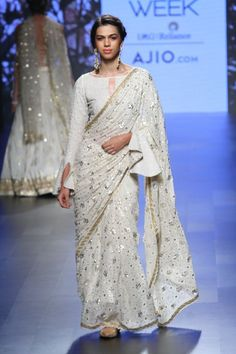 Dec 2017 - Looking for designer blouse images? Hear are latest trendy blouse models that you can wear with any saree of your choice. Lakme Fashion Week, India Fashion, Saree Fashion, Bollywood Fashion, Women's Fashion, Indian Wedding Outfits, Indian Outfits, Indian Fashion Trends, Stylish Blouse Design