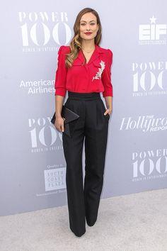 Olivia Wilde - camisa fucsia con bordado floral y pantalones de tiro alto, ambos de la colección de primavera 2016 de Marc Jacobs; y sobre de piel con cierre dorado.