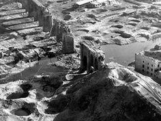 Viadukt na trati Cheb-Aš a okolí po bombardování v roce 1945. Záběr z dokumentárního filmu Luďka Matějíčka.