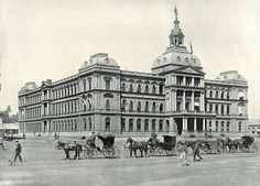 The Oude Raadzaal (Old Council Chamber) is a former parliament building on Church Square in Pretoria,South Africa in Steve Biko Hospital, Old Hospital, Banks Building, Old Images, Pretoria, Car In The World, Old Art, Heritage Site, Landscape Photography