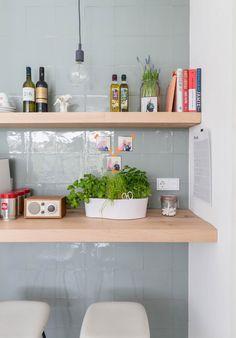 keuken-wand-tegels groengrijs tint, planken. Hele 'binnenkijker' huis fantastisch