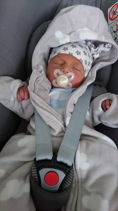 Cute Little Baby, Cute Baby Girl, Little Babies, Cute Babies, Baby Kids, Cute Baby Videos, Cute Baby Pictures, Newborn Outfits, Baby Boy Outfits