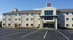 Motel 6 Niagara Falls - New York Niagara Falls This Niagara Falls motel is located 3 minutes' drive off Interstate 190. Free Wi-Fi access is available.  A cable TV and air conditioning are included in each room at Motel 6 Niagara Falls - New York. Rooms also feature a private bathroom.