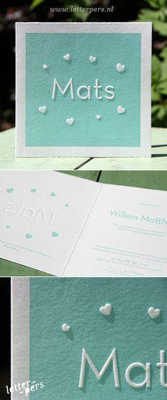 Dit lieve geboortekaartje mochten we ontwerpen en drukken voor Mats. In de vierkante dubbelgevouwen kaarten zetten we zijn naam en de hartjes zetten via een preeg. Dit geeft een mooi reliëf aan de kaart. We drukten in een mintgroene tint en die gebruikten we ook aan de binnenkant voor de tekst.