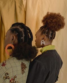 All styles of box braids to sublimate her hair afro On long box braids, everything is allowed! For fans of all kinds of buns, Afro braids in XXL bun bun work as well as the low glamorous bun Zoe Kravitz. Box Braids Hairstyles, Cool Hairstyles, Sporty Hairstyles, Natural Afro Hairstyles, Protective Hairstyles, Black Girls Hairstyles, African Hairstyles, Curly Hair Styles, Natural Hair Styles