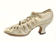 Shoe-Icons / Shoes / Wheat color satin shoes, decorated with cut-out decoration in the form of long drops with beading along the edges. 1890-1897