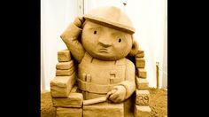 Wer denkt, dass es sich hierbei um ein Heinzelmännchen handelt, hat einen Trend in den Kinderzimmern verpasst. Es handelt sich nämlich um eine Kultfigur der Kleinen – Bob der Baumeister. Ihn aus Sand zu reproduzieren – können wir das schaffen? Ja, wir schaffen das!