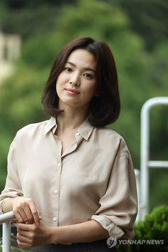 Áo sơ mi - bí quyết thanh lịch của Song Hye Kyo - VnExpress Giải Trí Korean Beauty, Asian Beauty, Song Hye Kyo Style, Song Joon Ki, Pretty Songs, Now And Then Movie, Korean Celebrities, Korean Actresses, Descendants